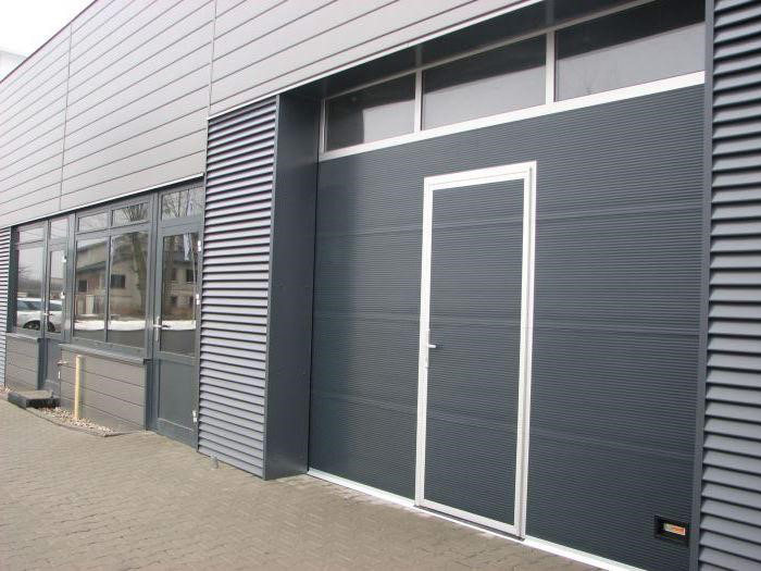 Brama garażowa z dodatkowymi drzwiami - bramtech.com.pl