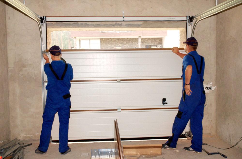 Montaż płaszcza bramy garażowej we wcześniej przygotowanym otworze - bramtech.com.pl